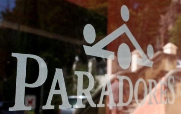 Paradores baja el sueldo a su plantilla excepto a los directivos