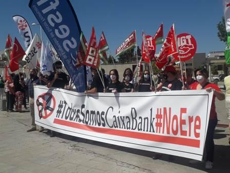 Continúan los paros en CaixaBank en protesta por el ERE