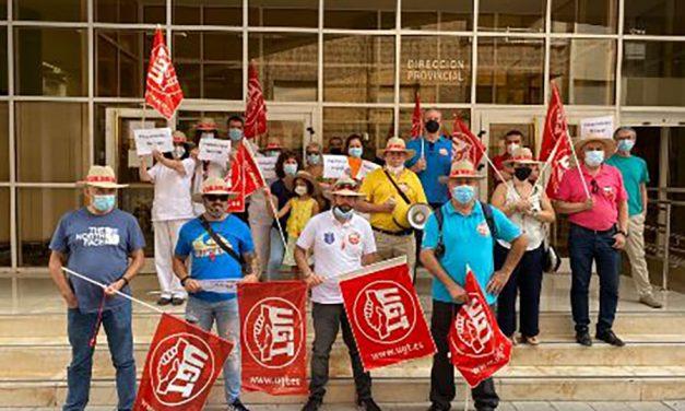 Los trabajadores del servicio de vigilancia del SEPE en Granada protestan por el impago de cuatro nóminas por parte de la empresa prestataria