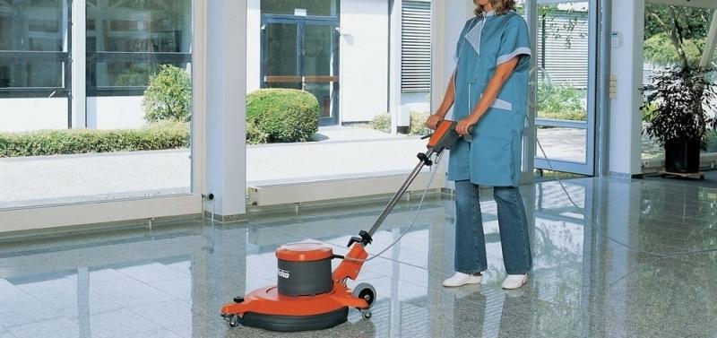 La difícil labor de las trabajadoras y trabajadores de limpieza de edificios y locales en verano